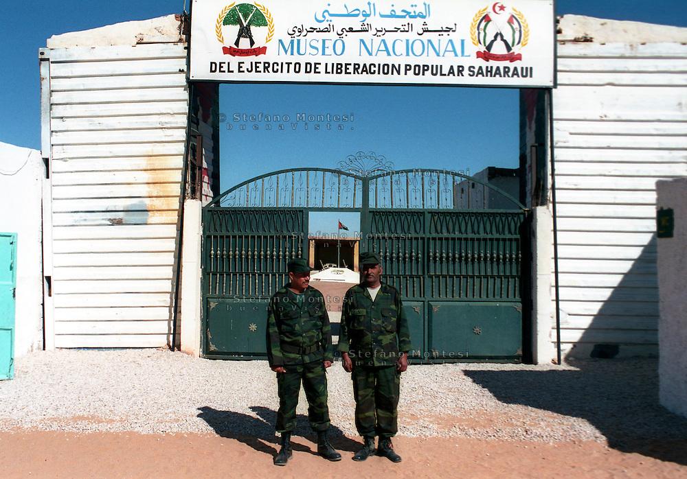 Il Museo dell'Esercito di Liberazione Popolare (campo di Rabouni, 20 km a sud di Tindouf, Algeria), .istituito con la Repubblica Araba Saharawi Democratica (RASD) governo (Fronte Polisario), .mostra  le armi  sequestrate all'esercito marocchino durante la guerra (1976 -- 1991). .Questa mostra presenta anche alcuni documenti sulla prime azioni svolte da parte del Fronte Polisario .dal 1973, inizialmente contro la colonizzazione spagnola e, più tardi, contro l'esercito marocchino...The Museum of the People's Liberation Army (Rabouni camp, 20 km south of Tindouf, Algeria), set up by Sahrawi Arab Democratic Republic (SADR) government (Polisario Front), show the warfare seized to the Moroccan army during the wartime (1976-1991). This exhibit also shows some documents on the first actions carried out by the Polisario Front since 1973 initially against Spanish colonization and, later, against Moroccan army