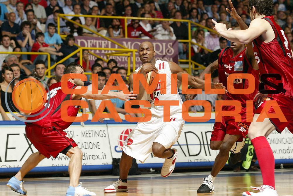 DESCRIZIONE : Pavia Lega A2 2006-07 Playoff Finale Gara 4 Edimes Pavia Scavolini Spar Pesaro<br /> GIOCATORE : Michael Hicks<br /> SQUADRA : Scavolini Spar Pesaro<br /> EVENTO : Campionato Lega A2 2006-2007 Playoff Finale Gara 4<br /> GARA : Edimes Pavia Scavolini Spar Pesaro<br /> DATA : 03/06/2007 <br /> CATEGORIA : Palleggio<br /> SPORT : Pallacanestro <br /> AUTORE : Agenzia Ciamillo-Castoria/G.Cottini