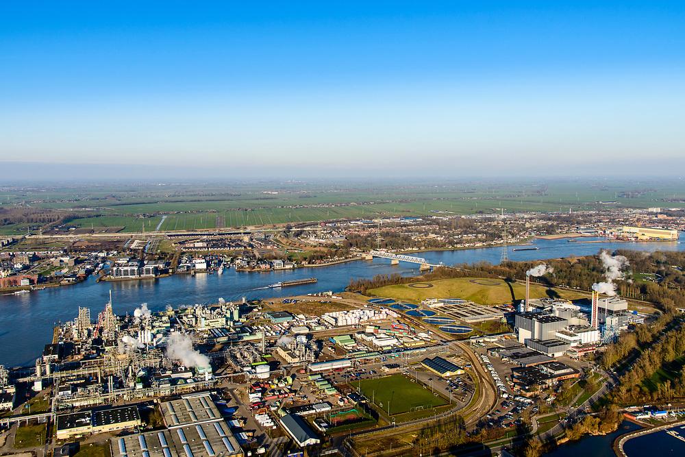 Nederland, Zuid-Holland, Dordrecht, 07-02-2018; Industriegebied Staart met fabriekscomplex van chemiebedrijf Chemours Netherlands B.V. Productielocatie van fluorpolymeren (zoals teflon). Bij de productie wordt gebruikt gemaakt van GenX-technologie, uitstoot van chemie uit dit proces is belastend voor milieu. Rechts HVC afvalcentrale.<br /> Chemours Netherlands B.V., production location of fluoropolymers (such as teflon). GenX technology is used in the production, and chemical emissions from this process are harmful to the environment.<br /> luchtfoto (toeslag op standard tarieven);<br /> aerial photo (additional fee required);<br /> copyright foto/photo Siebe Swart