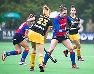 BILTHOVEN  - Hockey -  1e wedstrijd Play Offs dames. SCHC-Den Bosch (0-1). Claire Verhage (SCHC) met Margot van Geffen (Den Bosch) .  COPYRIGHT KOEN SUYK