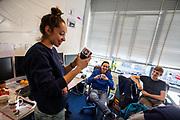 In Delft bezoekt atleet Jennifer Breet de Dreamhall waar de fiets wordt gebouwd. In september wil het Human Power Team Delft en Amsterdam, dat bestaat uit studenten van de TU Delft en de VU Amsterdam, tijdens de World Human Powered Speed Challenge in Nevada een poging doen het wereldrecord snelfietsen voor vrouwen te verbreken met de VeloX 9, een gestroomlijnde ligfiets. Het record is met 121,81 km/h sinds 2010 in handen van de Francaise Barbara Buatois. De Canadees Todd Reichert is de snelste man met 144,17 km/h sinds 2016.<br /> <br /> In Delft athlete Jennifer Breet visits the Dreamhall where the bike will be built. With the VeloX 9, a special recumbent bike, the Human Power Team Delft and Amsterdam, consisting of students of the TU Delft and the VU Amsterdam, also wants to set a new woman's world record cycling in September at the World Human Powered Speed Challenge in Nevada. The current speed record is 121,81 km/h, set in 2010 by Barbara Buatois. The fastest man is Todd Reichert with 144,17 km/h.