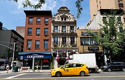 THEMENBILD - Manhattan wurde nach einem Raster erbaut. Die Avenues verlaufen von Norden nach Sueden und Streets von Ost nach West. An der Fifth Avenue teilt sich Manhattan in East Side und West Side, im Bild Haeuser an der Third Avenue, Aufgenommen am 12. August 2016 // Manhattan was build like a grid. The avenues run from North to South and the streets from East to West. At the Fifth Avenue Manhattan is divided into East Side and West Side. This picture shows houses at the Third Avenue, New York City, United States on 2016/08/12. EXPA Pictures © 2016, PhotoCredit: EXPA/ Sebastian Pucher