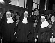 26/04/1959<br /> 04/26/1959<br /> 26 April 1959<br /> Cardinal Cushing leaves for Boston from Dublin Airport. His Eminance, Cardinal Cushing, Archbishop of Boston with a trio of nuns (Franciscan Sisters?) in Dublin Airport prior to his flight back to Boston.