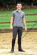 Paardrijtraining FILMacteurs PENNY'S SHADOW in Stal  Hof van Twente , te Markelo . De acteurs  krijgen voor hun rollen in de feel good familiefilm PENNY'S SHADOW van niemand minder dan de bekende paarden- en ruitertrainer Lammert Haanstra leert hen de fijne kneepjes van het paardrijden.<br /> <br /> Op de foto: Levi van Kempen