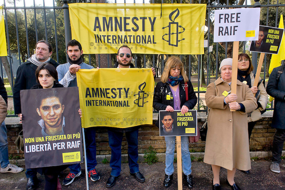 Roma 15 Gennaio 2015<br /> Sit-in di Amnesty International Italia, davanti all'Ambasciata dell'Arabia Saudita  per chiedere l'annullamento della condanna a 10 anni di carcere e a 1000 frustate inflitta a Raif Badawi blogger saudita imprigionato con l'accusa di apostasia.<br /> Rome January 15, 2015<br /> Sit-in of Amnesty International Italy, in front of the Embassy of Saudi Arabia to ask for the annulment of the sentence of 10 years in prison and 1000 lashes inflicted on Raif Badawi Saudi blogger jailed on charges of apostasy.