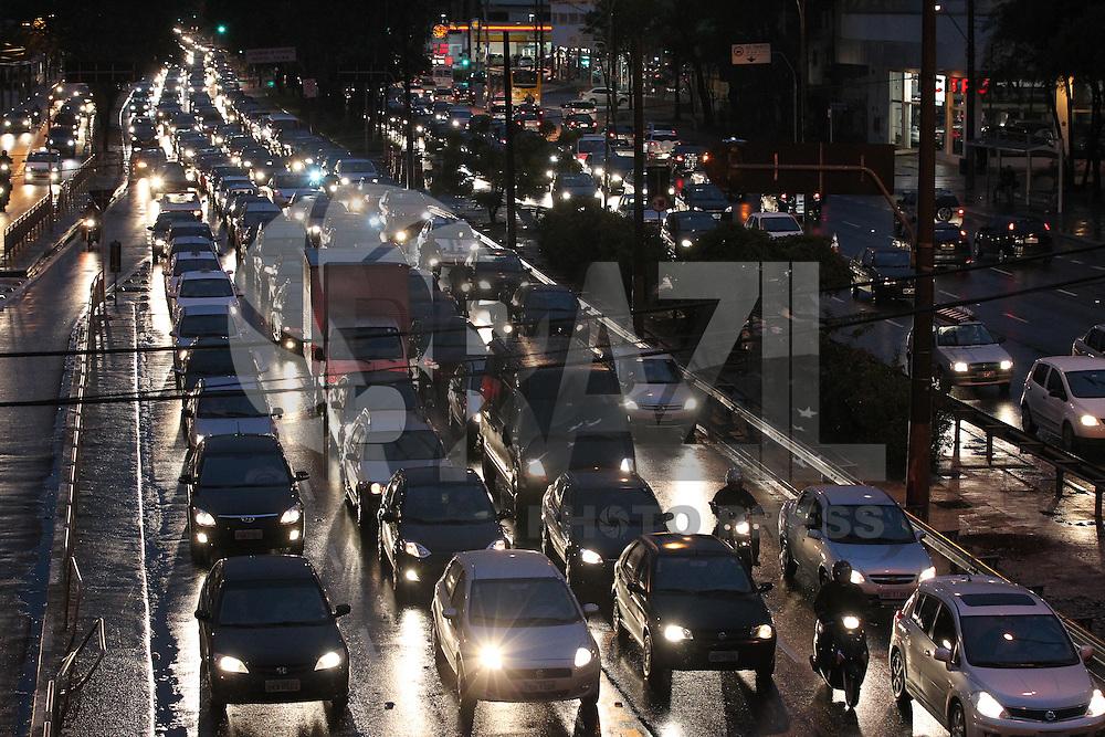 SAO PAULO, SP, 26/06/2013, TRANSITO. A Radial Leste altura do Viaduto Alcantara Machado  no bairro da Mooca, tem transito carregado em direção ao centro de São Paulo,  na manha chuvosa dessa quarta-feira (26). LUIZ GUARNIERI/ BRAZIL PHOTO PRESS