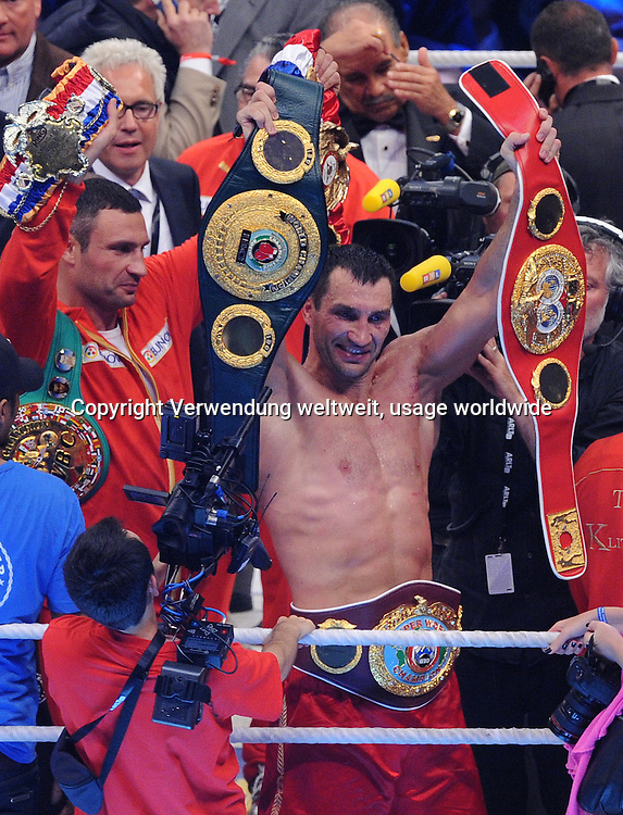 Heavyweight boxer Wladimir Klitschko of the Ukraine cheers on Saturday (02/07/2011) in Fuflballstadion Imtech Arena in Hamburg after his victory over the British ¸ David Haye in the world championship boxing match the unification WBO / IBF and WBA. Photo: Marcus Brandt dpa / lno
