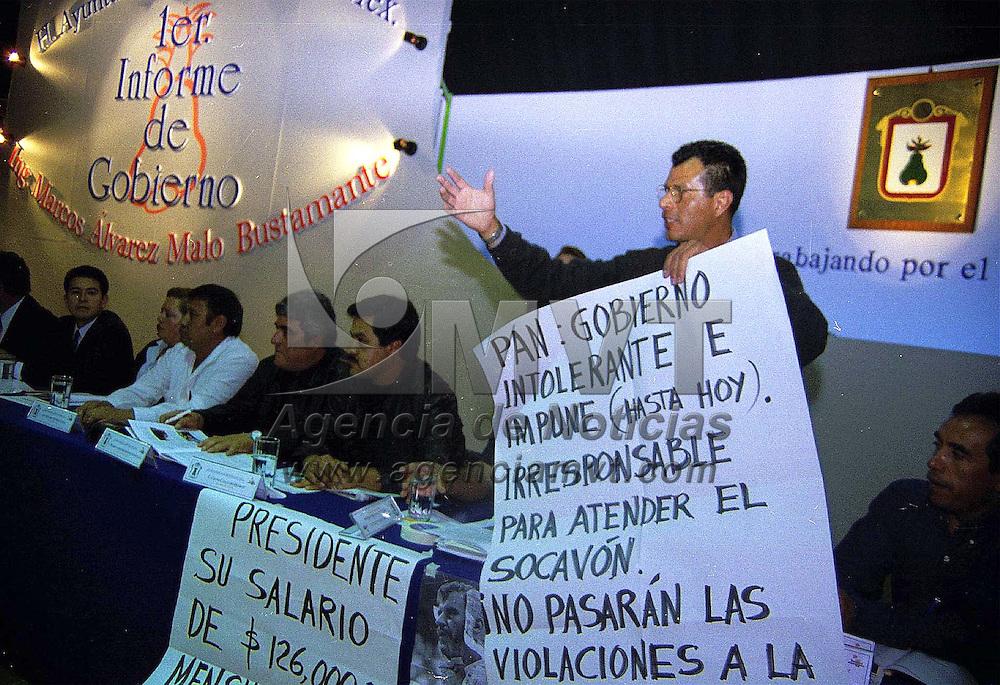 Metepec, Méx.- Mariano Villegas Acosta, regidor del PRD protesta cuando Marcos Alvarez Malo, presidente municipal de Metepec rinde su primer informe de gobierno. Agencia MVT / Mario B. Arciniega