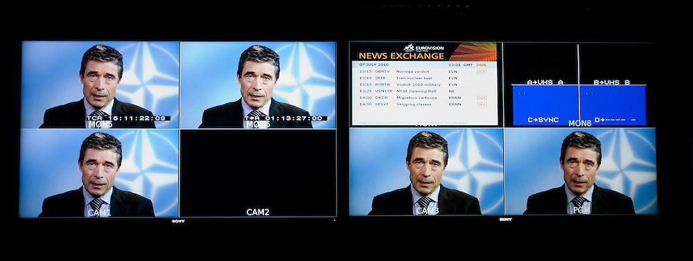 Udvalgsfotos til RITZAU historie der sendes ud den fredag den 6 august Kl. 8.00 -- BRUSSELS - BELGIUM - 07 JULY 2010 -- Interview med Anders Fogh Rasmussen, Nato's Generalsekretær. Her i TV-studiet, hvor hans video-blog bliver til. PHOTO: ERIK LUNTANG / INSPIRIT Photo