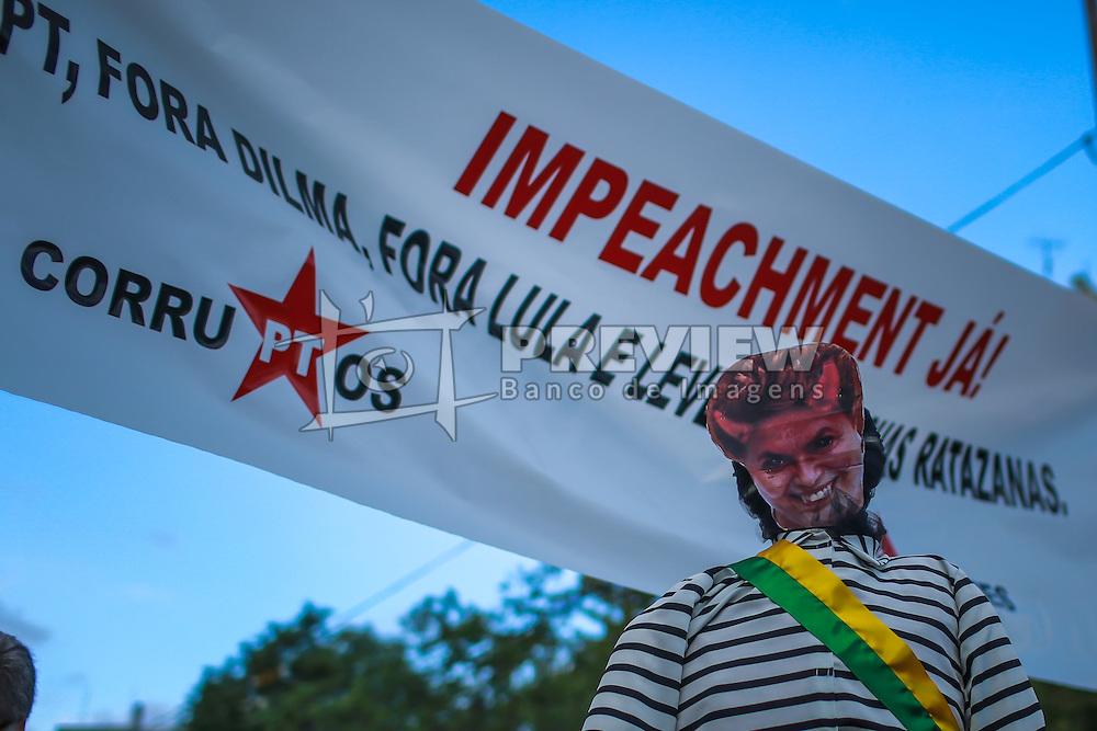 Um manequim vestindo uma máscara representando a presidente do Brasil, Dilma Rousseff como um diabo é visto com uma faixa onde se pode ler: Impeachment agora, fora PT, Dilma fora, Lula e levem os ratos com vocês, corromptos, referindo-se ao Partido dos Trabalhadores (PT), durante um protesto em Porto Alegre, Brasil, em 12 de abril de 2015. Dezenas de milhares de brasileiros saíram para manifestações domingos para se opor presidente esquerdista Dilma Rousseff, um alvo de crescente descontentamento em meio a uma economia vacilante e um escândalo de corrupção maciça no estado gigante do petróleo Petrobras.  FOTO: Jefferson Bernardes/ Agência Preview