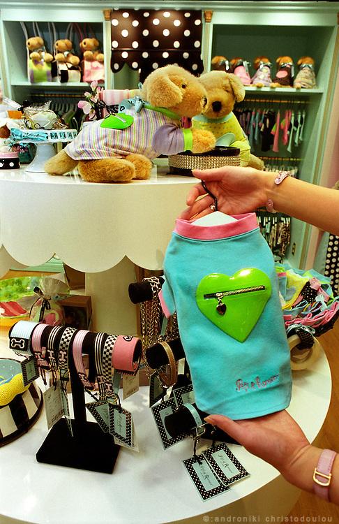« Fifi & Romeo » fashion designer clothes for dogs. Tokyo shop..Tokyo April 2004