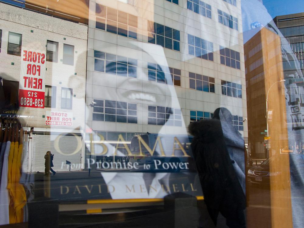 """New York Brooklyn Barack Obama Buch """"From Promise to Power"""" von David Mendell in einem Schaufenster..Fotos © Stefan Falke. Clinton / Obama Kandidatenwahl der Demokraten in den USA.New York Primary 2008"""