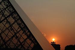 29.04.2011, Paris, Frankreich, FRA, Feature, Pariser Impression, im Bild  Sonnenuntergang am Louvre mit  Arc de Triomphe de Carousel, EXPA Pictures © 2011, PhotoCredit: EXPA/ nph/  Straubmeier       ****** out of GER / SWE / CRO  / BEL ******
