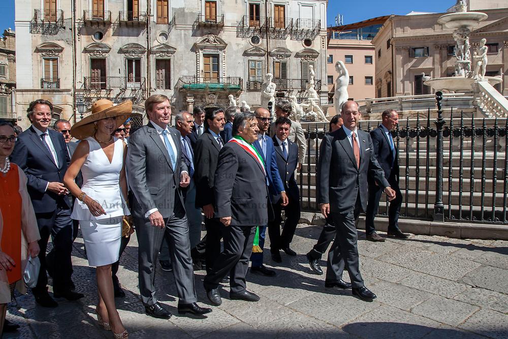 I Reali dei Paesi Bassi, Willem Alexander e Máxima, in visita ufficiale a Palermo. Leoluca Orlando, sindaco di Palermo, fa visitare le fontane di Piazza Pretoria.