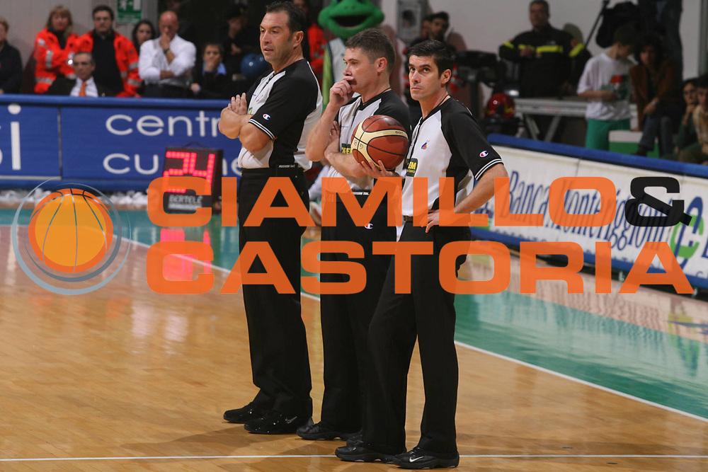 DESCRIZIONE : Siena Lega A1 2006-07 Montepaschi Siena Lottomatica Virtus Roma <br /> GIOCATORE : Arbitro <br /> SQUADRA : <br /> EVENTO : Campionato Lega A1 2006-2007 <br /> GARA : Montepaschi Siena Lottomatica Virtus Roma <br /> DATA : 05/11/2006 <br /> CATEGORIA : Ritratto <br /> SPORT : Pallacanestro <br /> AUTORE : Agenzia Ciamillo-Castoria/G.Ciamillo