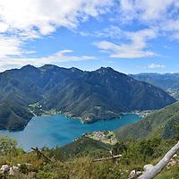 Il lago di Ledro visto dalle sue montagne