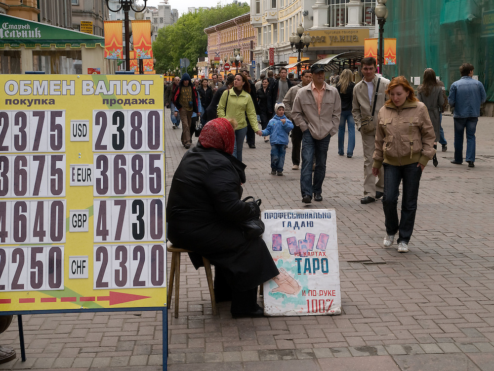 Der Arbat ist eine etwa einen Kilometer lange Straße im historischen Zentrum von Moskau. Zusammen mit den umliegenden Vierteln bildet sie den gleichnamigen Stadtteil. Der Arbat besteht nachweislich seit dem 15. Jahrhundert und gehört damit zu den ältesten bis heute erhaltenen Straßen der russischen Hauptstadt.<br /> <br /> The Old Arbat is a picturesque pedestrian street in Moscow, running west from Arbat Square (which is part of the Boulevard Ring) towards Smolenskaya Square (which is part of the Garden Ring). The Old Arbat has the reputation of being Moscow's most touristy street, with lots of entertainment and souvenirs sold.
