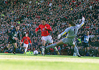 Ryan Giggs (Man Utd) goes past David Seaman but misses an easy goal opportunity. Manchester United v Arsenal. FA Cup 5th rd. 15/2/2003. Credit : Colorsport/Andrew Cowie.