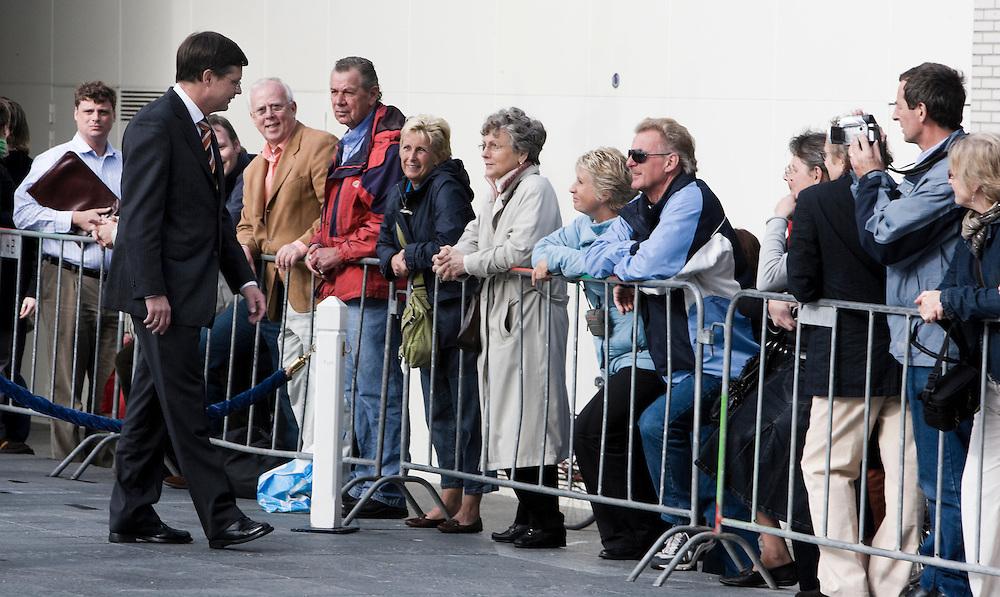 Nederland. Rotterdam, 9 oktober 2007.<br /> Plein 1940. Minister-president Jan Peter Balkenende in afwachting van de Duitse president Kohler, die een krans zal leggen bij het beeld &quot; De verwoeste stad&quot; van Zadkine.<br /> Foto Martijn Beekman <br /> NIET VOOR TROUW, AD, TELEGRAAF, NRC EN HET PAROOL