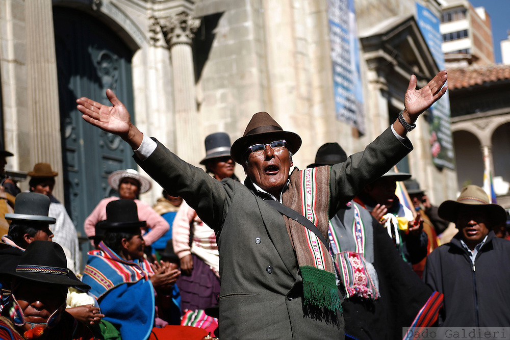 An angry elderly demonstrator shouts offenses against lawmakers on a session at the national congress nearby  as they last to approve an agreement between opposition and government in La Paz, Bolivia on Tuesday, Oct. 21, 2008.(AP Photo/Dado Galdieri)
