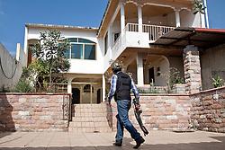 """Lo """"Zio Sam"""", comandante dell'autodifesa di Periban, entra in una proprietà dopo averla liberata dall'occupazione dei templari con un'azione dell'autodifesa."""