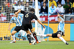 03.07.2010, CAPE TOWN, SOUTH AFRICA, im Bild . Nicolas Burdisso of Argentina and Gabriel Heinze of Argentina attempt to block Sami Khedira of Germany's shot during the Quarter Final, Match 59 of the 2010 FIFA World Cup, Argentina vs Germany held at the Cape Town Stadium. .Foto ©  nph /  Kokenge