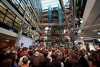 03 AUG 2009, BERLIN/GERMANY:<br /> Uebersicht waehrend der Pressekonferenz von Frank-Walter Steinmeier (Vorn), SPD, Bundesaussenminister und Kanzlerkandidat, und Franz Muentefering (Hinten), SPD Parteivorsitzender, Pressekonferenz nach den ersten Hochrechnungen des Wahlergebnisses der Bundestagswahl 2009, Wahlabend, Atrium, Willy-Brandt-Haus<br /> IMAGE: 20090927-02-061<br /> KEYWORDS: Franz Müntefering, Übersicht