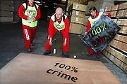 Nederland, Nijmegen, 23-4-2007..Aktievoerders van Greenpeace bestempelen een partij hout bij houthandel Emmerik als besmet. het bedrijf is onderdeel van de Oldenboom groep die ondanks eerdere toezeggingen Chinees multiplex uit de bossen van Papoea-Nieuw-Guinea in het assortiment heeft...Foto Flip Franssen/Hollandse Hoogte