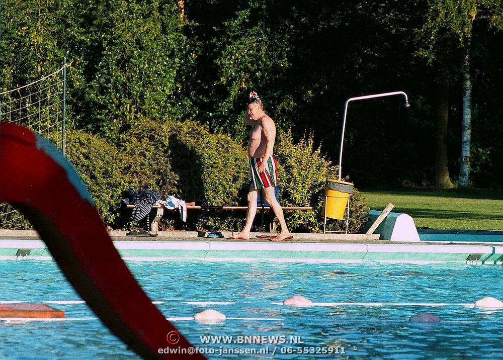 Hans Wiegel bezig met zijn zwemmen in het zwembad van Giekerk