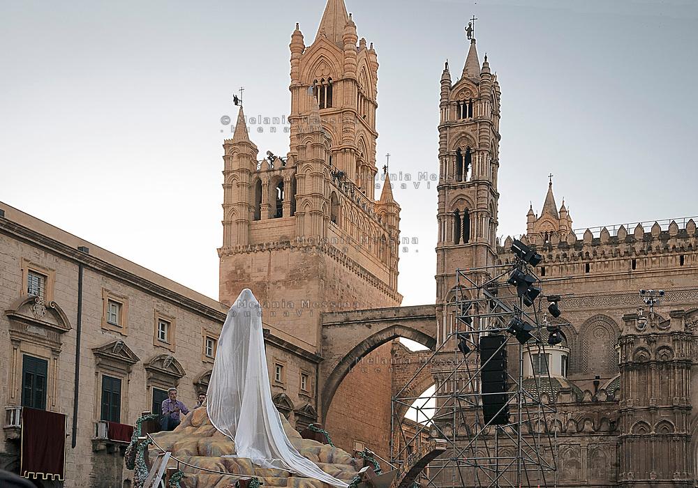Palermo, festino di Santa Rosalia, statua della Santa  prima di essere liberata dal velo.<br /> Palermo, feast of Saint Rosalia,  statue of the Saint  before being unveiled