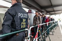 14.10.2015, Bahnhof, Freilassing,GER, Flüchtlingskrise in der EU, im Bild Flüchtlinge, von Polizisten bewacht, warten auf dem Bahnsteig, in einer Schlange auf einen Sonderzug // Refugees, guarded by policemen, wait in a line on the platform for a special train, Railway Station, Freilassing, Germany on 2015/10/14. EXPA Pictures © 2015, PhotoCredit: EXPA/ JFK