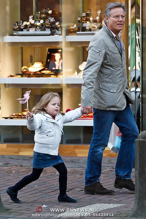 NLD/Laren/20100327 - Fons de Poel en kind winkelend in Laren NH