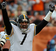 Quarterback Ben Roethlisberger celebrates a touchdown pass to Hines Ward yesterday in the first quarter against the Browns.