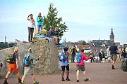 Nederland, the Netherlands, Nijmegen, 18-7-2017 Vandaag startten om 4 uur de eerste lopers van de 101e 4daagse. Via de Waalbrug ging het naar de Betuwe. Voor het eerst gingen de lopers op deze eerste dag precies andersom als voorheen. Hierdoor komt de gevreesde Oosterhoutse dijk in het begin van het parcours te liggen, en niet op het eind wat vaak tot veel uitvallers leidde vanwege het lange en saaie stuk zonder schaduw tegen de zon. Dag van Elst.Foto: Flip Franssen