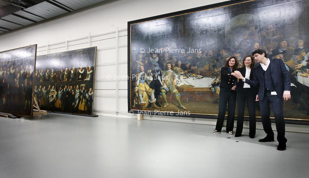 Nederland, Amsterdam , 12 februari 2014.<br /> Gallery of the Golden Age.<br /> Vandaag werd bekend dat drie musea in Amsterdam samen de Gallery of the Golden Age beginnen: een vaste tentoonstelling van meer dan 30 enorme groepsportretten 17e en 18e eeuw.<br /> Deze 'klasgenoten van de Nachtwacht' worden vanwege hun enorme omvang zelden tentoongesteld, maar in het 17e-eeuwse gebouw van de Hermitage is er ruimte voor. De tentoonstelling zal er vanaf eind november te zien zijn, maar bekijk hier alvast een selectie met onder meer de 'Anatomische les van dr. Deijman' van Rembrandt en schuttersportretten van Govert Flinck en Nicolaes Pickenoy.<br /> De zg Schuttersstukken opgeslagen in het depot van Amsterdam Museum, die tentoon gespreid zullen worden in de Hermitage<br /> Foto:Jean-Pierre Jans