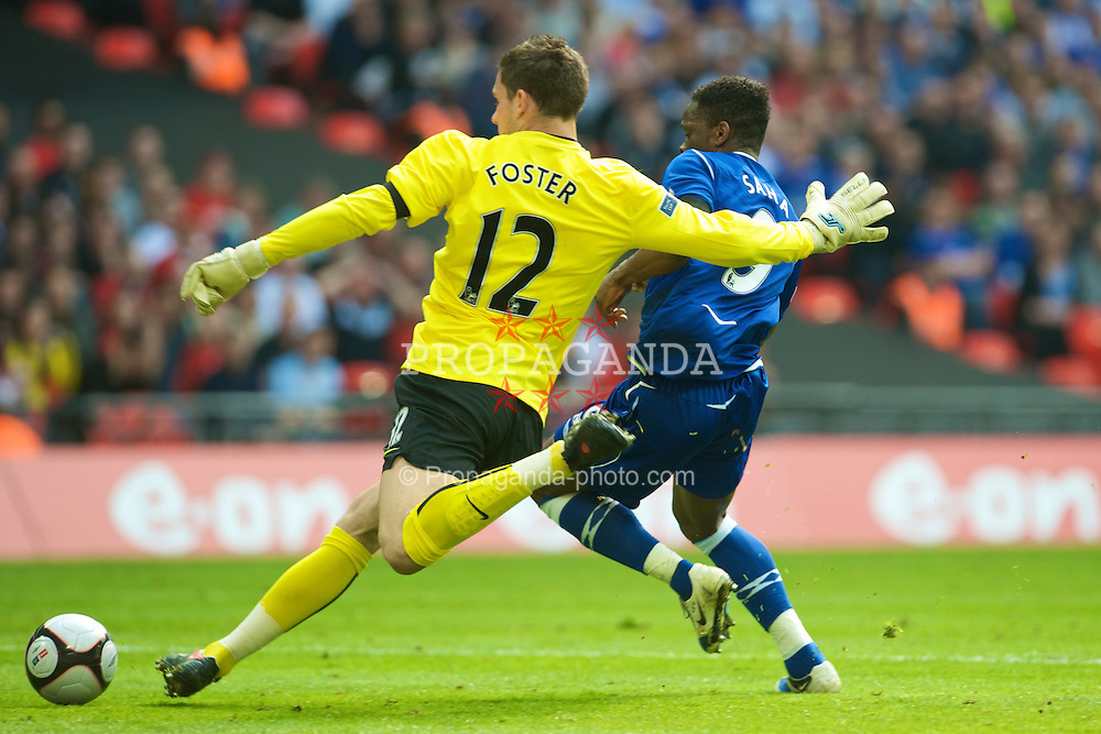 LONDON, ENGLAND - Sunday, April 19, 2009: Manchester United's goalkeeper Ben Foster is put under pressure by Everton's Louis Saha during the FA Cup Semi-Final match at Wembley. (Photo by David Rawcliffe/Propaganda)