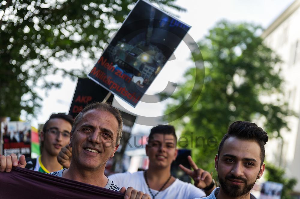 Hakan Tas (l, Die Linke) h&auml;lt w&auml;hrend der Demonstration gegen den Milit&auml;rputsch und die AKP Regierung am 22.07.2016 in Berlin, Deutschland ein Transparent. Mehrere Hundert Menschen gingen auf die Stra&szlig;e um gegen die AKP-Regierung und die aktuelle Situation in der T&uuml;rkei zu demonstrieren. Foto: Markus Heine / heineimaging<br /> <br /> ------------------------------<br /> <br /> Ver&ouml;ffentlichung nur mit Fotografennennung, sowie gegen Honorar und Belegexemplar.<br /> <br /> Bankverbindung:<br /> IBAN: DE65660908000004437497<br /> BIC CODE: GENODE61BBB<br /> Badische Beamten Bank Karlsruhe<br /> <br /> USt-IdNr: DE291853306<br /> <br /> Please note:<br /> All rights reserved! Don't publish without copyright!<br /> <br /> Stand: 07.2016<br /> <br /> ------------------------------