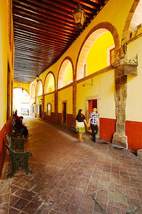 Strolling through Los Arcos in Guanajuato, México