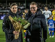 FODBOLD: Ricki Olsen (FC Helsingør) modtager blomster af direktør Janus Kyhl, efter at have rundet 100 kampe, før kampen i ALKA Superligaen mellem FC Helsingør og Hobro IK den 17. november 2017 på Helsingør Stadion. Foto: Claus Birch