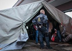 14.10.2015, Bahnhof, Freilassing,GER, Flüchtlingskrise in der EU, im Bild Flüchtlinge, von Polizisten bewacht warten in einem Zelt auf einen Sonderzug // Refugees in a tent, guarded by police waiting for the arrival of a special train, Railway Station, Freilassing, Germany on 2015/10/14. EXPA Pictures © 2015, PhotoCredit: EXPA/ JFK
