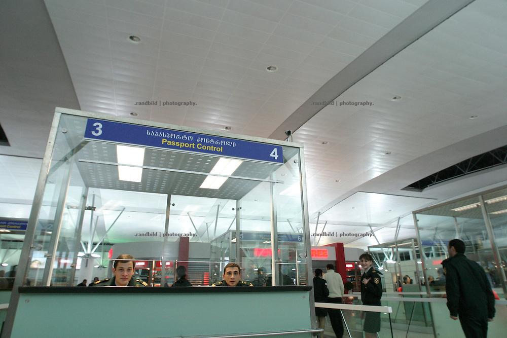 Mit einer offiziellen Feierlichkeit wurde in Tiflis der neue internationale Flughafen eröffnet. Zahlreiche Gäste aus dem In- und Ausland nahmen teil als georgiens Präsident Saakaschwili zusammen mit dem türkischen Ministerpräsidenten Edogan sowie dem aserbaidschanischen Präsidenten Alijew das rote Band durchschnitten. Der neue Flughafen wurde für rund 90 Mio. Dollar von der türkischen Flughafen-Holding Tepe-Akfen-Vie (TAV) gebaut. (Azerbaijani, Georgian and Turkish leaders inaugurated a new terminal of the Tbilisi International Airport, which was constructed by the Turkish consortium TAV-Urban, on February 7.)
