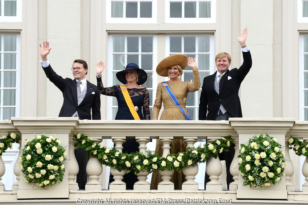 Koning Willem-Alexander, koningin M&aacute;xima, prins Constantijn en prinses Laurentien groeten het publiek vanaf het bordes van Paleis Noordeinde. <br /> <br /> Budget Day 2013 King Willem-Alexander, Queen M&aacute;xima, Prince Constantijn and Princess Laurentien greet the crowd from the balcony of Noordeinde Palace.