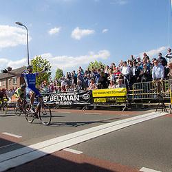 RIJSSEN (NED) wielrennen:  De 63e ronde van Overijssel heeft als zwaarte punt de heuveltjes rond Ootmarsum en de Sallandse heuvelrug. Net als in de ronde van Vlaanderen kent men in Overijssel het dorp van de ronde. In 2015 is de eer aan Markelo.<br />Jeff Vermeulen (Hoogvliet) wint overtuigend de massasprint in Rijssen voor Marco Zanotti en Coen Vermeltfoort