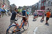 Wielerliefhebbers verplaatsen zich met leenfietsen van de Stayokay door Utrecht. In Utrecht worden de laatste voorbereidingen getroffen voor de Grand Depart. Op 4 juli start de Tour de France in Utrecht met een tijdrit. De dag daarna vertrekken de wielrenners vanuit de Domstad richting Zeeland. Het is voor het eerst dat de Tour in Utrecht start.<br /> <br /> In Utrecht the last arrangements are made for the Grand Depart . On July 4 the Tour de France starts in Utrecht with a time trial. The next day the riders depart from the cathedral city direction Zealand. It is the first time that the Tour starts in Utrecht.