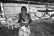 Mulher, trabalhadora rural, despejada de sua terra,, amamentando seu filho , acampada no GETAT , antigo órgão do governo, em Marabá , Pará...Woman, rural worker, spilled of his/her earth, breastfeeding his/her son, camped in GETAT, the government's old organ, in Marabá, Pará..