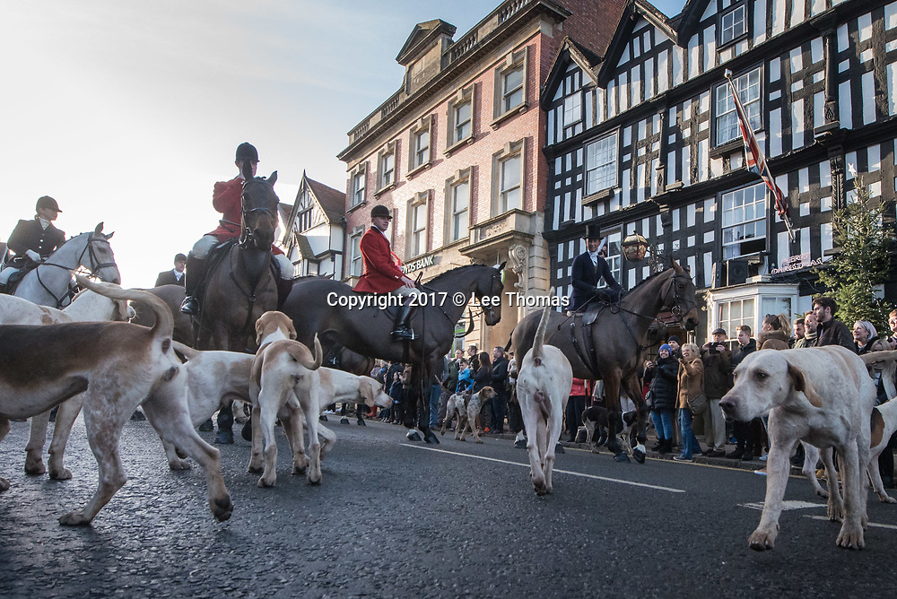 "Ledbury, Herefordshire, UK. 26th December 2017. Hundreds of people congregate in Ledbury High Street for the annual festive meet of the Boxing Day Ledbury Hunt. Spectators watched as hunt members, in their ""pink"" hunting coats, enjoy stirrup cups from the saddle, outside the Feathers Hotel, just as they have done for generations. Theresa May will reportedly abandon her Conservative general election manifesto pledge to give MPs a free vote on whether to overturn the fox hunting ban. Pictured: The Ledbury Hunt stops off at The Feathers Hotel in the High Street. // Lee Thomas, Tel. 07784142973. Email: leepthomas@gmail.com  www.leept.co.uk (0000635435)"