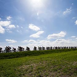 2-05-2015: Wielrennen: Ronde van Overijssel mannen: Rijssen  <br />RIJSSEN (NED) wielrennen:  De 63e ronde van Overijssel heeft als zwaarte punt de heuveltjes rond Ootmarsum en de Sallandse heuvelrug. Net als in de ronde van Vlaanderen kent men in Overijssel het dorp van de ronde. In 2015 is de eer aan Markelo. De wedstrijd verd verreden onder te mooie omstandigheden