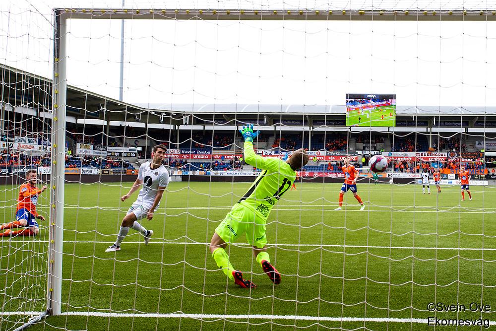 1. divisjon fotball 2018: Aalesund - Mjøndalen. Aalesunds Adam Örn Arnarson (t.v.) setter inn 2-1 forbi Lukas Jonsson i førstedivisjonskampen i fotball mellom Aalesund og Mjøndalen på Color Line Stadion. Vetle Dragsnes i midten av bildet.