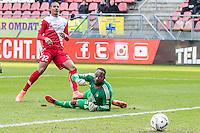 UTRECHT - FC Utrecht - Feyenoord , Voetbal , Seizoen 2015/2016 , Eredivisie , Stadion de Galgenwaard  , 28-02-2016, FC Utrecht speler Sébastien Haller (l) scoort de 1-0 door de bal langs Keeper van Feyenoord Kenneth Vermeer (r) te schieten