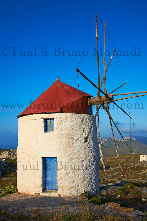 Grèce, Mer Egée, Cyclades, ile de Amorgos, Hora, Chora village, moulin, toit rouge // Greece, Cyclades Islands, Greek Islands, Aegean Sea, Amorgos, Hora, Chora city, Windmill with red roof
